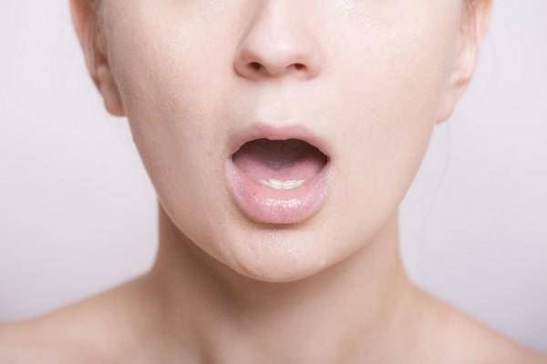 頬のたるみやほうれい線を舌回しだけで劇的に解消する方法