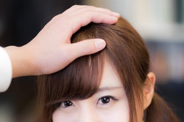 男性が女性の髪の毛を触る7つの心理!彼の隠された思い